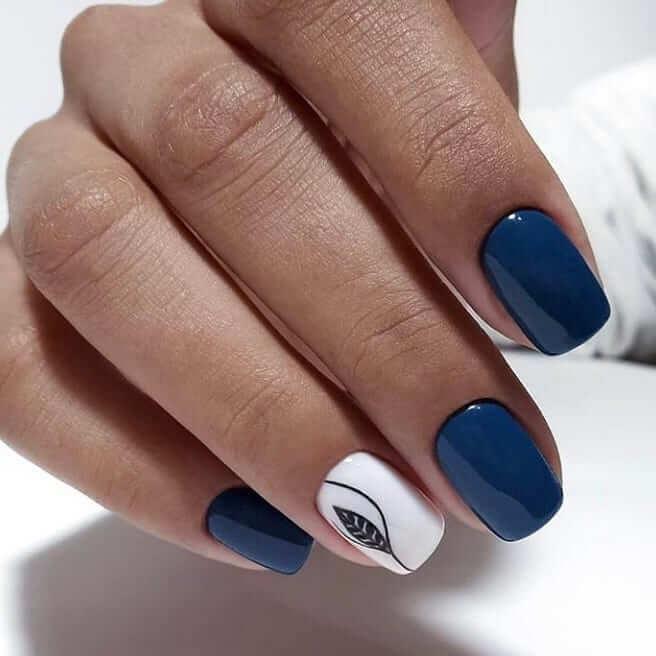 Маникюр в насыщенном синем цвете с орнаментом