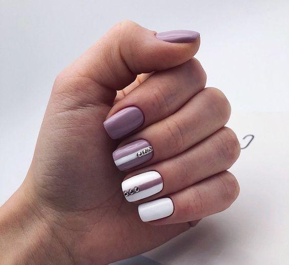 Квадратные ногти фиолетовый и белый