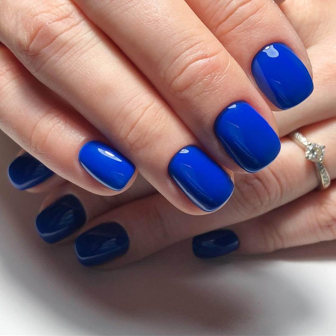 Однотонный синий дизайн на короткие ногти