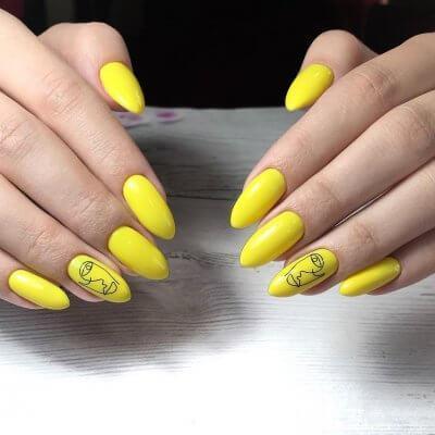 Желтый маникюр с необычным рисунком на безымянном пальце