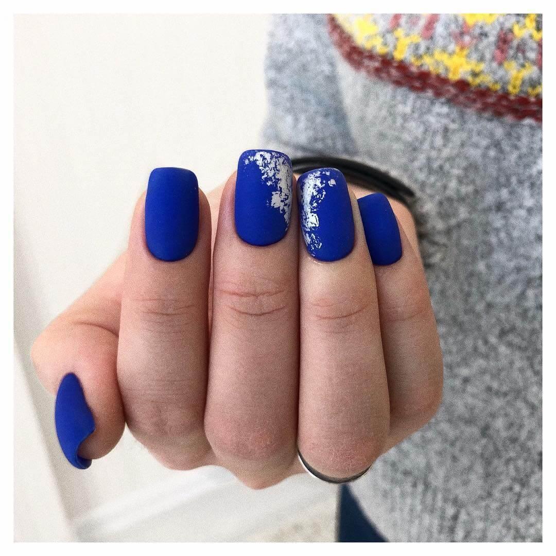 Маникюр в синем цвете с фольгой