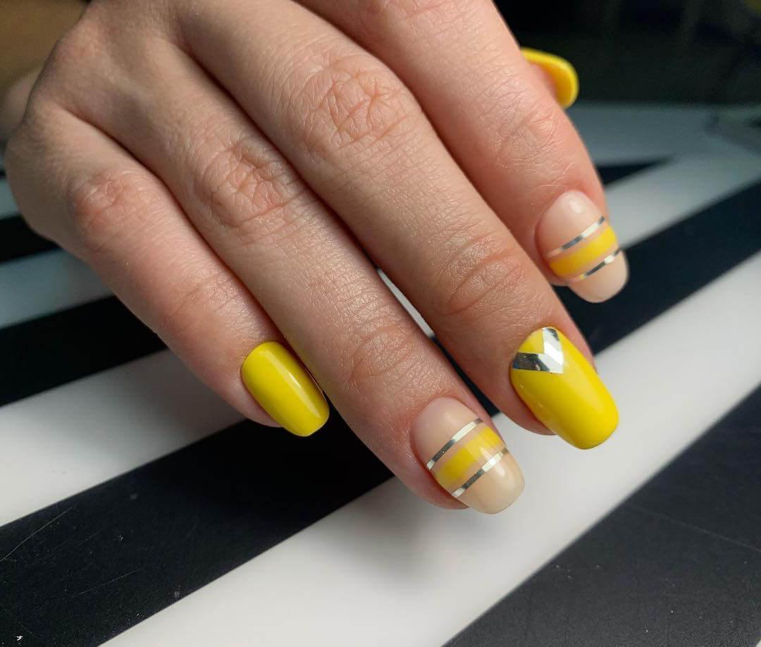 Желтый маникюр с фольгой
