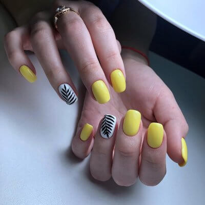 Желтый маникюр с веточками