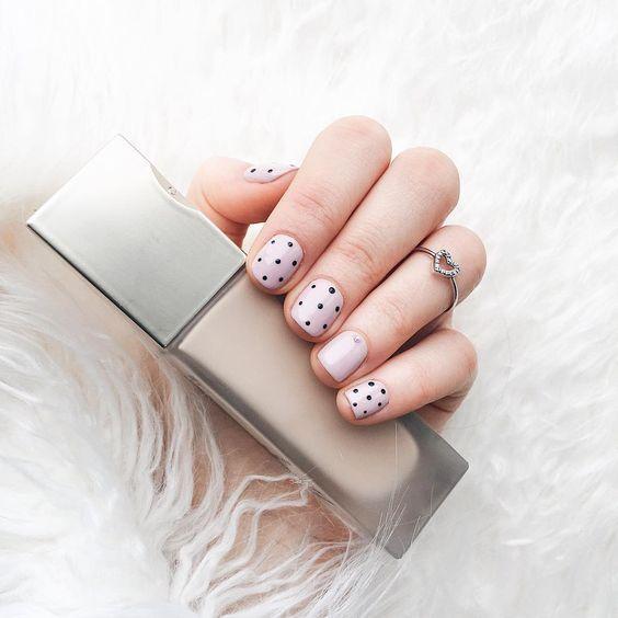 Милый маникюр с точками на короткие ногти