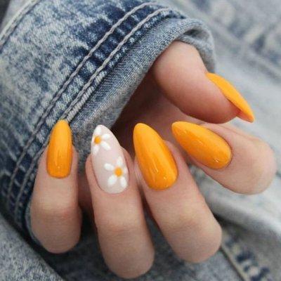 Желтый с цветочками маникюр