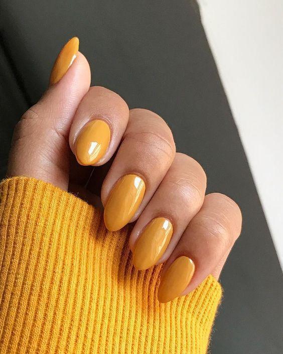 Маникюр на миндалевидную форму желтый