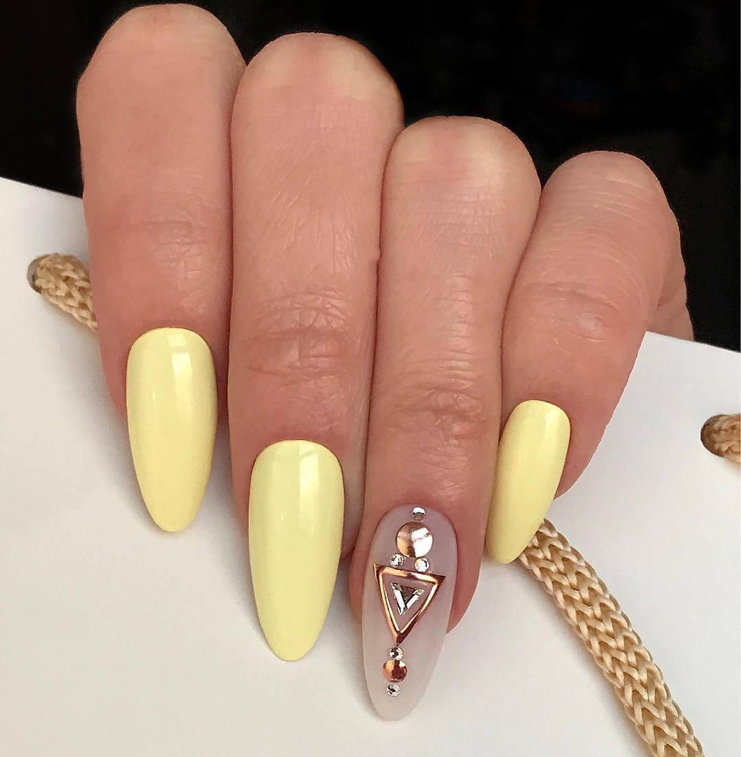 Маникюр в оттенках желтого с акцентом на указательном пальце
