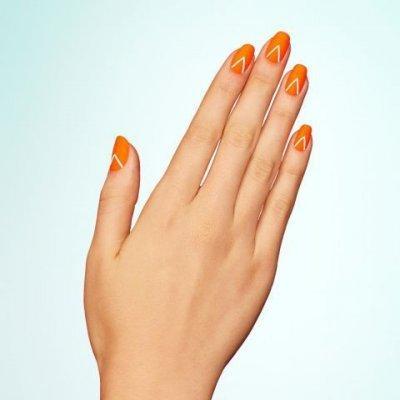 Оранжевый маникюр с треугольнками