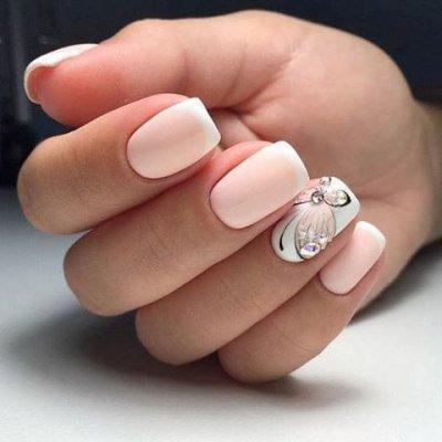 Манкиюр с бабочками розовый