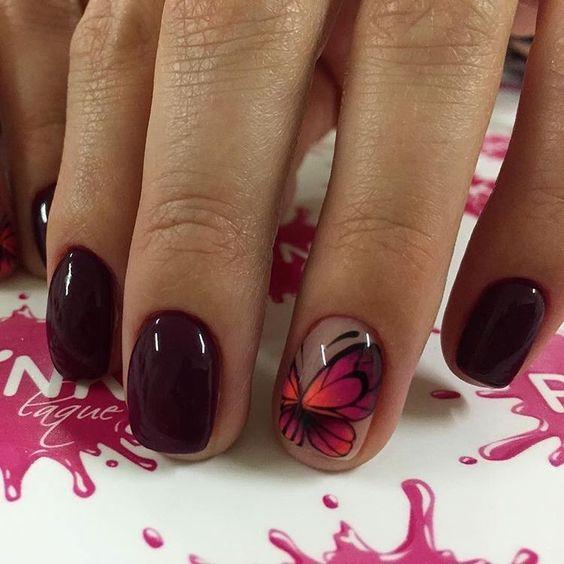 Манкиюр с бабочками бордовый