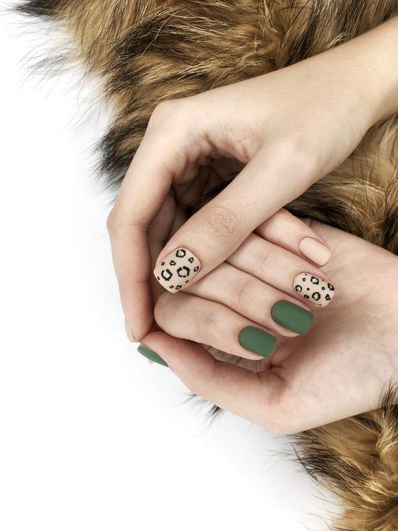Леопардовый дизайн маникюра с зеленым