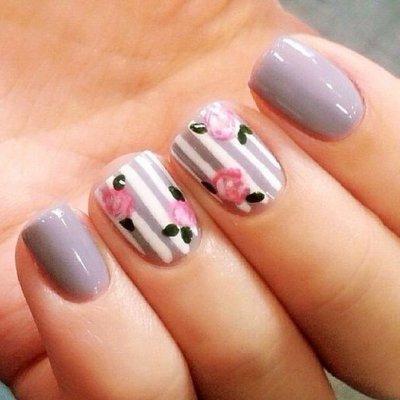Маникюр с цветками фиолетовый
