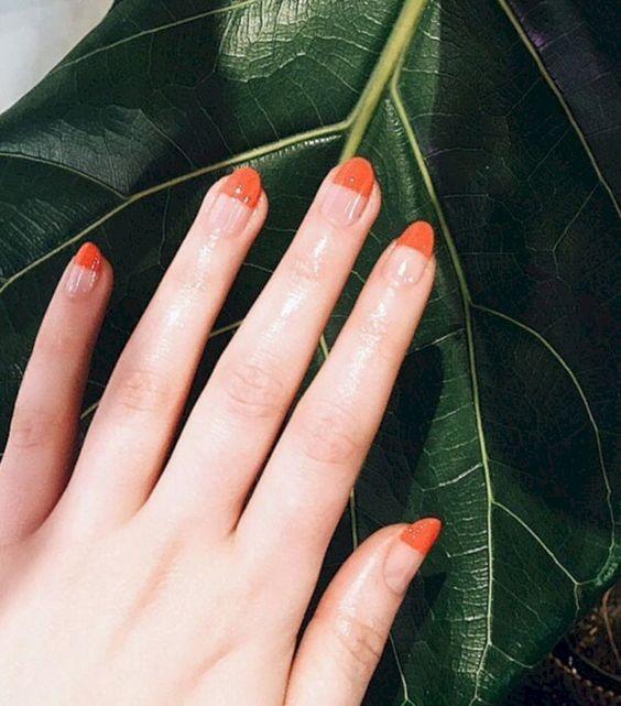 Оранжевый маникюр наполовину