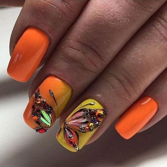 Манкиюр с бабочками оранжевый