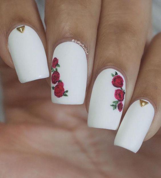 Маникюр с цветками белый с розами