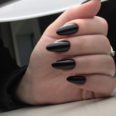 Однотонный маникюр черный цвет