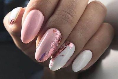 Розовый маникюр на лето с фольгой