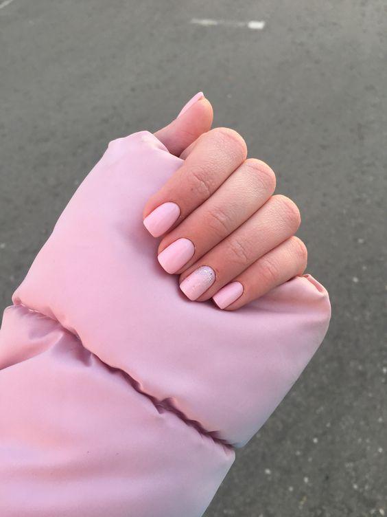Розовый маникюр на лето