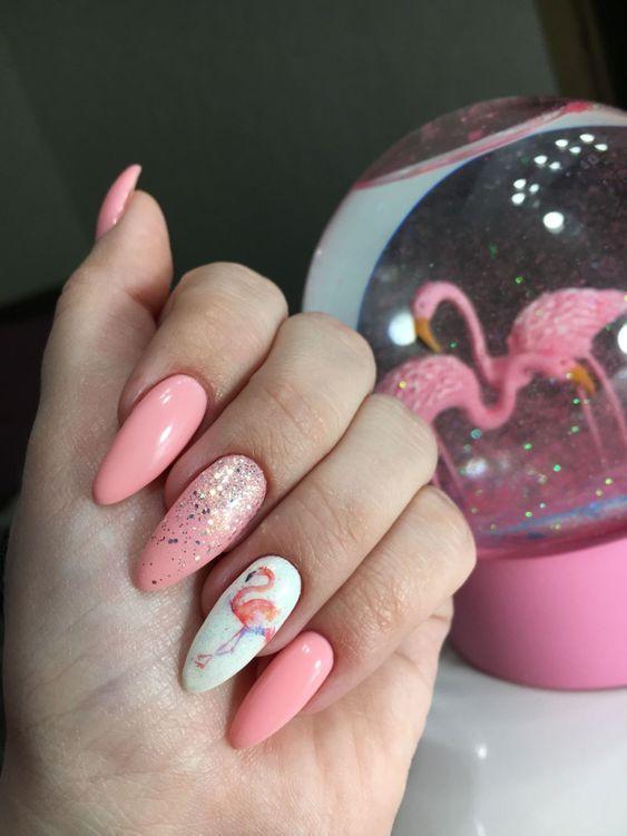 Розовый маникюр на лето с фламинго