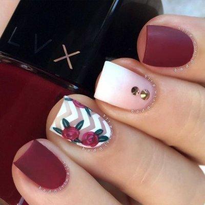 Маникюр с цветками бордовый