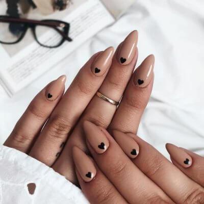 Маникюр с сердечком нюдовые классные ногти