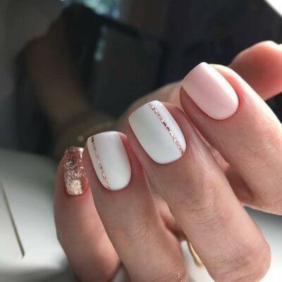 Маникюр с  золотыми полосками розовый