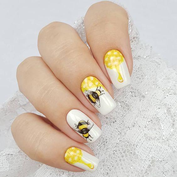 Маникюр со слайдером желтый с пчелкой