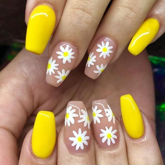 Желтый солнечный маникюр с цветочками
