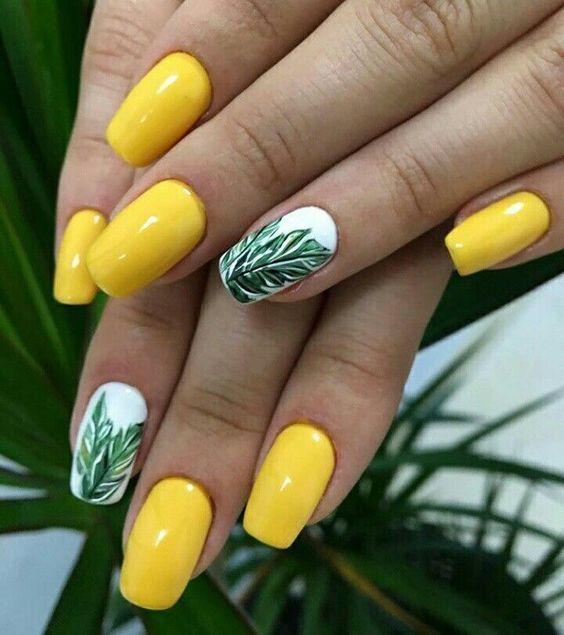 Летний маникюр желтый с листьями