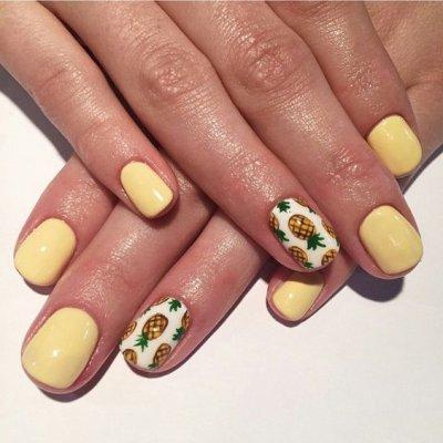 Летний маникюр с ананасом желтый