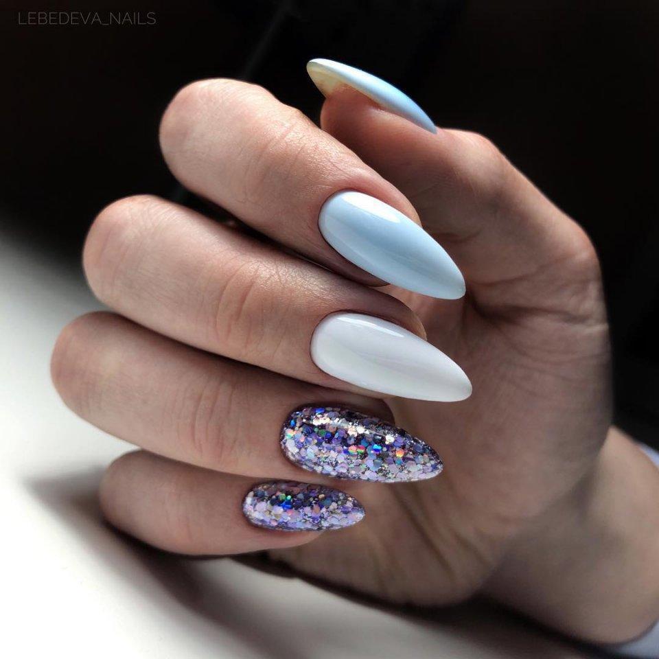 Голубой маникюр с белстками