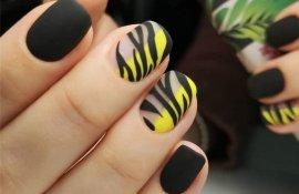 Черный полосатый желтый маникюр