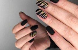 Черный полосатый маникюр