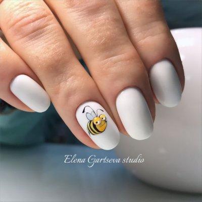 Маникюр белый с пчелкой