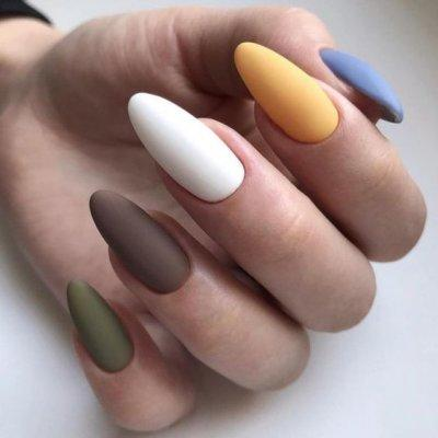 Разноцветный маникюр матовый