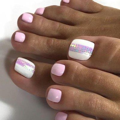 Педикюр розовый с белым