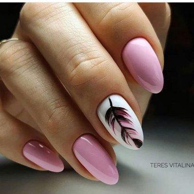 Маникюр розовый с пером