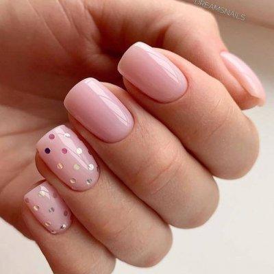 Маникюр розовый с точками