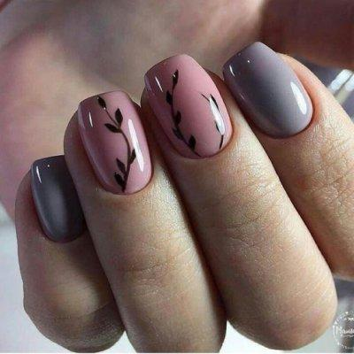Розовый маникюр с листьями