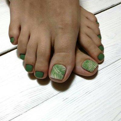 Педикюр зеленый с листочком