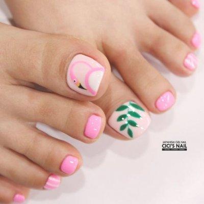 Педикюр розовый с листочком и фламинго