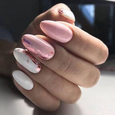 Бело розовый маникюр с фольгой
