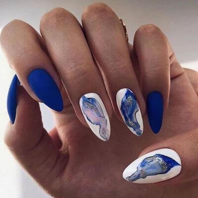 Маникюр синий с акварельным дизайном