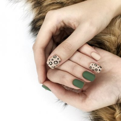 Маникюр зеленый с леопардовым принтом