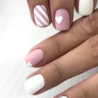 Бело розовый маникюр с сердечком