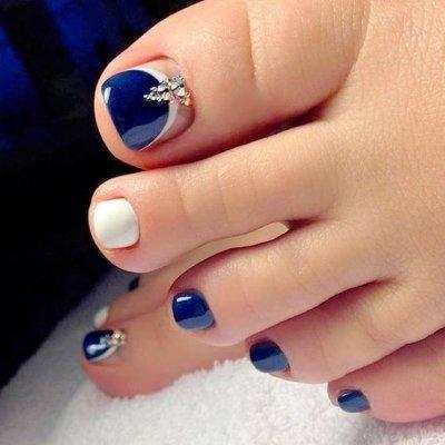 Синий с белым педикюр с стразами