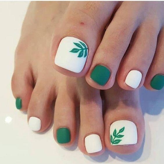 Белый с зеленым педикюр