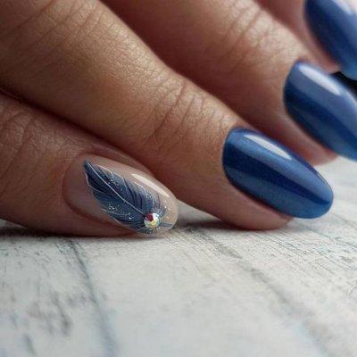 Маникюр синий с пером