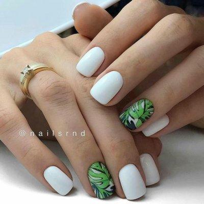 Маникюр белый с листьями