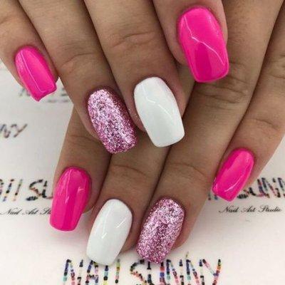 Розовый маникюр с белым и блестками